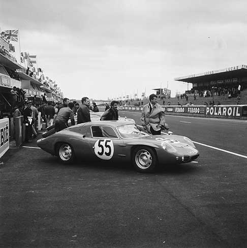 Alpine-Renault - 24 heures du Mans 1965 - Alpine-Renault in front of the pits