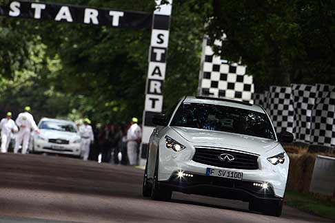 Infiniti - Infiniti FX Vettel Edition a Goodwood 2014 ingresso in pista