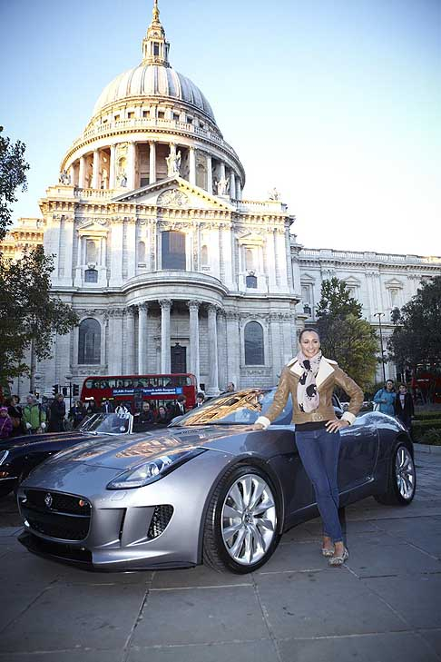 Jaguar - Jaguar F-Type al Paul´s Cathedral di London con Jessica Ennis al Lord Mayor´s Show