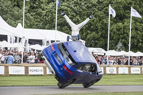 Goodwood Festival of Speed - Jaguar FPACE a Goodwood, freestyler Lee Bowers si esibisce fuori dall´abitacolo