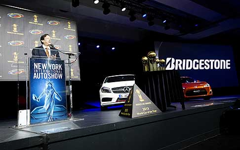 Trofei Awards - Jens Meiners annuncia vincitrice la Tesla Model S con il World Green Car of the Year e il premio World Car Awards al New York Auto Show 2013