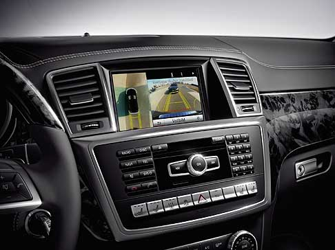 Mercedes - Mercedes-Benz GL Class interni con display centrale sul cruscotto