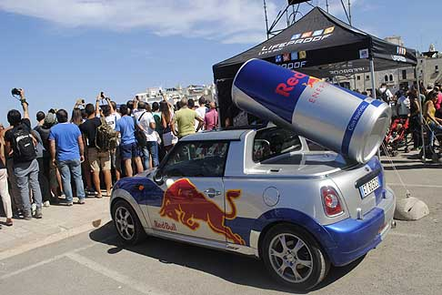 Red Bull - Red Bull Cliff Diving World Series 2015 con la Mini Cooper con lattina Red Bull
