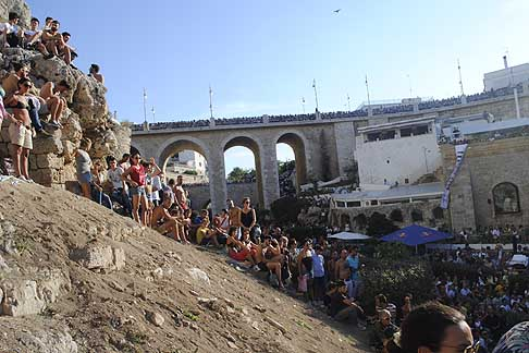 Cliff Diving a Polignano - Ponte Lama Monachile stacolmo di gente al Red Bull Cliff Diving World Series 2015 a Polignano