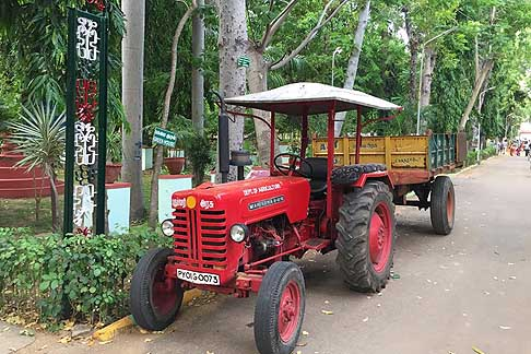 Traffico e atmosfere indiane - Trattore Mahindra B 275 avvistato a Pondicherry in India