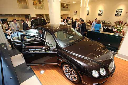 Bentley - Bentley Continental Flying Spur Linley presentata presso la concessionaria Bentley Jack Barclay di Londra
