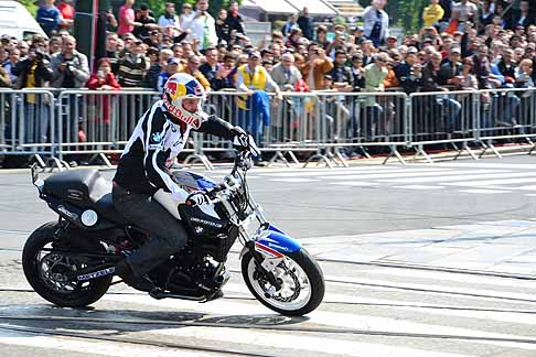BMW - Chris Pfeiffer quattro volte campione del mondo di Stunt Riding all´evento Red Bull di Torino