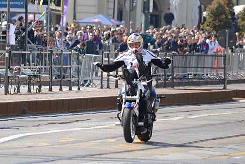 Red Bull - Le acrobazie di Chris Pfeiffer pluricampione del mondo di Stunt Riding