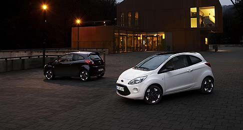 Ford - La Ka Black & White Edition è disponibile nei colori di base Nero Ink e Bianco Foam, e propone la medesima interpretazione monocromatica sia all'interno che all'esterno.