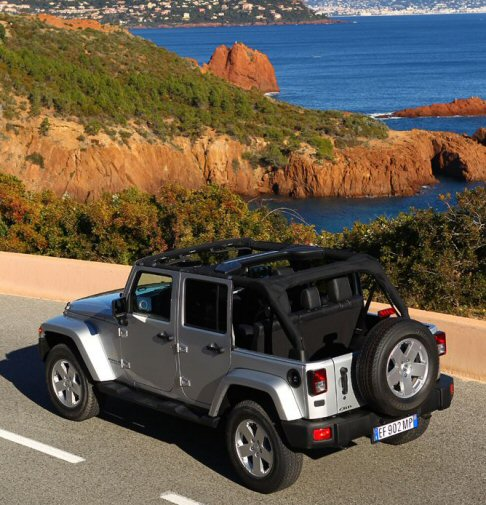 Jeep - Completano le dotazioni i dispositivi Hill Descent Control e Hill Start Assist.