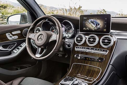 Mercedes-Benz - Sul mercato italiano sono disponibili gli allestimenti Executive, Business, Sport, Exclusive e Premium.