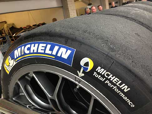 "Pneumatici Michelin - Michelin Total Performance. Jerome Mondain, che agisce in qualità di manager Michelin, ha indicato come sia soprattutto la categoria ""LM P1"" ad aver visto un aumento dell´aerodinamica"