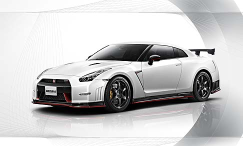 Nissan - Nissan GT-R Nismo sarà disponibile in cinque tinte: Brilliant White Pearl, Meteor Flake Pearl Black, Ultimate Metallic Silver e Vibrant Red.