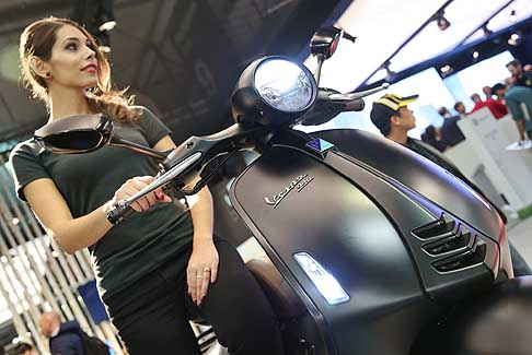 Piaggio - Piaggio Vespa 946 e hostess all´EICMA 2015