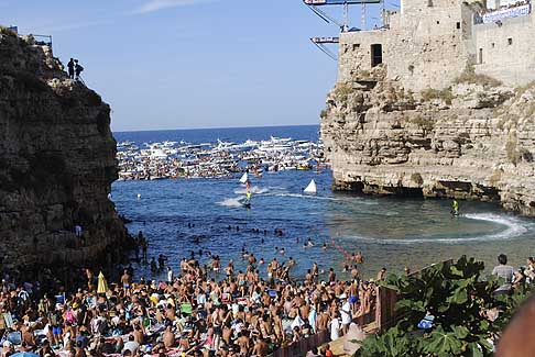 Cliff Diving a Polignano - Spettacolo tavole da serf a Polignano a mare che intrattengono il pubblico del Red Bull Cliff Diving World Series
