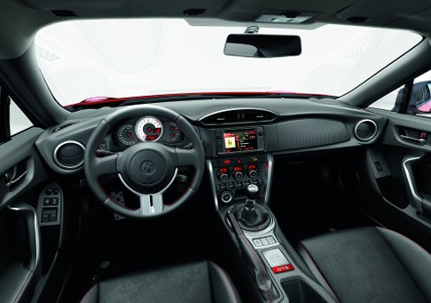Toyota - L'equipaggiamento include: sistema di navigazione multimediale Toyota Touch & Go, ABS, 7 airbags, climatizzatore bi-zona, sedili sportivi bi-colore rosso-nero, smart entry & push start button, cruise control, Hill holder.