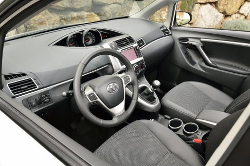 Toyota - Disponibile di serie a partire dall'allestimento Active, il sistema Toyota Touch & Go con un'interfaccia touch-screen full-colour da 6.1 pollici.