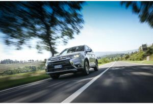 Nuovo Mitsubishi Outlander 2016, il restyling on the road