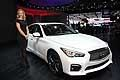 Infiniti Q50S e hostess al Salone di Detroit 2014