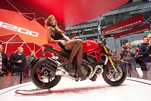 Eicma 2013 - Ragazza su moto Ducati Monster 1200S in anteprima all´Eicma 2013. Sexy girls in moto con galze sfilate...