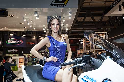Eicma 2013 - Ragazza super sexy in  sella alla moto BMW all´Eicma 2013