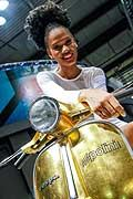 Hostess su Vespa Piaggio by Pollini all�Eicma 2014 di Milano