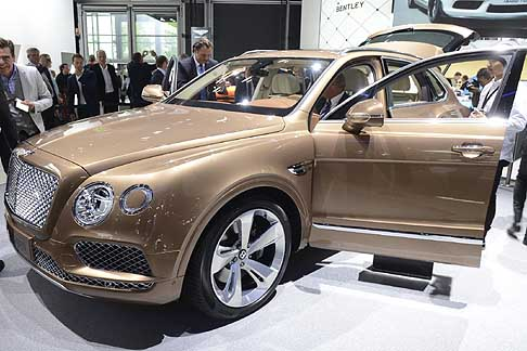 Bentley - La casa alata inglese svela la sua ultima nata al Salone Internazionale dell'auto a Francoforte in Germania: il Suv Bentley Bentayga