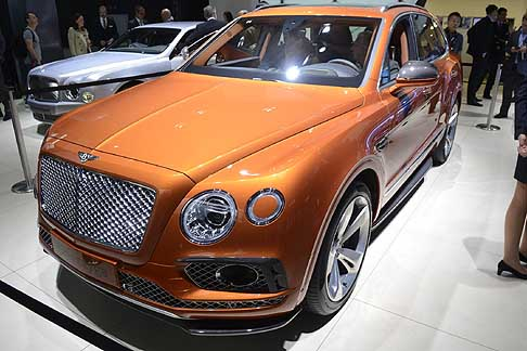 Bentley - Bentley Bentayga il Suv è dotato di un impianto audio premium Naim for Bentley da 1.950 Watt e dei tablet Bentley Entertainment dotati di schermo da 10.2 pollici