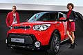Kia Soul red con hostess e steward al Salone di Francoforte 2013