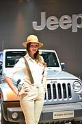 Hostess stand Jeep con la Wrangler Unlimited al Francoforte Motor Show 2013