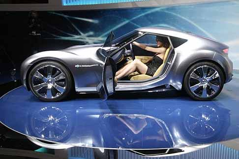 Nissan - Nissan Esflow concept car con hostess alla guida