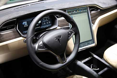 ginevra motorshow tesla tesla model s 85d interni con display centrale al ginevra motorshow 2015. Black Bedroom Furniture Sets. Home Design Ideas