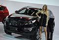 Hostess vicino alla vettura Kia Sportage «high-power» 184 CV