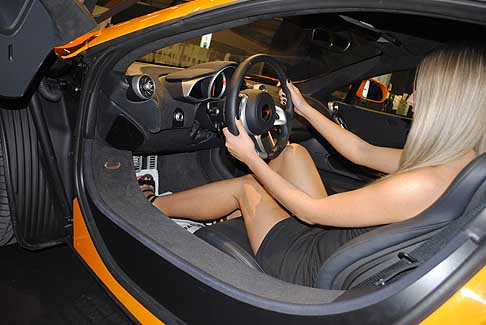 McLaren - McLaren MP4 12C interni vettura è hostess