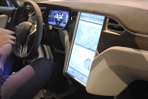 eV Now! - Tesla Model S con grande display centale esposta la Motor Show 2014