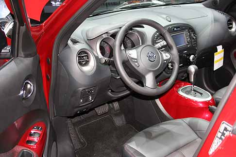 new york auto show nissan nissan juke interni con plancia centrale in rosso abbinato con la. Black Bedroom Furniture Sets. Home Design Ideas
