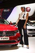 Fiat Tipo e hostess al Salone di Parigi 2016