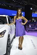 Hostess e vettura Infiniti FX Sebastian Vettel version al Paris Motor Show 2012