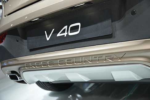 Volvo - La V40 Cross Country vanta dinamiche di guida d'eccellenza, con trazione integrale disponibile sull'unit� T5 turbo a benzina.