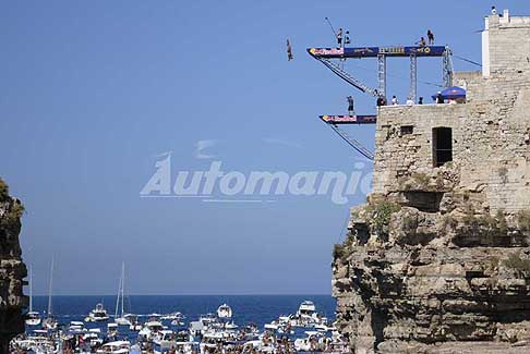 Tuffi a Polignano - Red Bull Cliff Diving World Series 2016 lancio da 27m tuffi strepitosi a Polignano a Mare