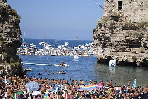 Tuffi alta quota Polignano a Mare - Red Bull Cliff Diving World Series 2016 tuffi donne con la carpiatura prima dell'ingresso in acqua a Polignano a Mare tappa italiana